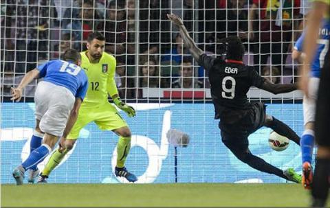 Video clip ban thang Italia 0-1 Bo Dao Nha (Giao huu quoc te) hinh anh