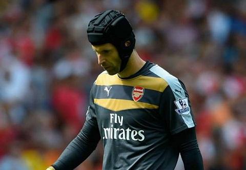 Petr Cech cua Arsenal tran tinh sau khi mac sai lam  hinh anh