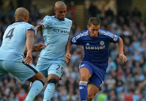 Truoc them dai chien Man City vs Chelsea Hazard bi Kompany tru eo hinh anh