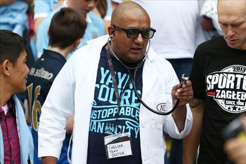 Fan Man City mac ao bac sy che nhao Jose Mourinho hinh anh
