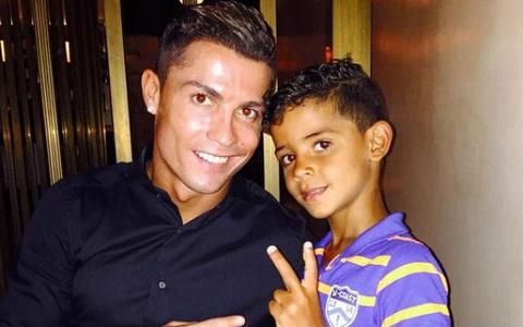Con trai Ronaldo lien tuc hoi ve me ruot hinh anh