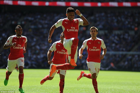 Muon Arsenal vo dich Premier League, Wenger can thay doi hinh anh 2