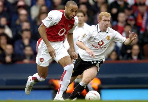 Huyen thoai Arsenal nga mu truoc Paul Scholes hinh anh