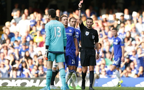 Chelsea vs Swansea Courtois nhan the do hinh anh
