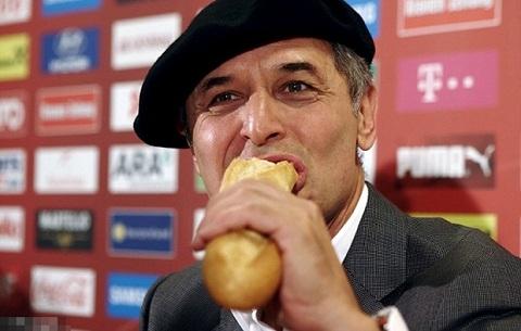 (Bongda24h.vn) – Sau trận Thụy Điển 1-4 Áo, HLV Marcel Koller đã có cách ăn  mừng rất bá đạo khi đội chiếc mũ Beret ăn bánh mì Baguette y hệt người Pháp.