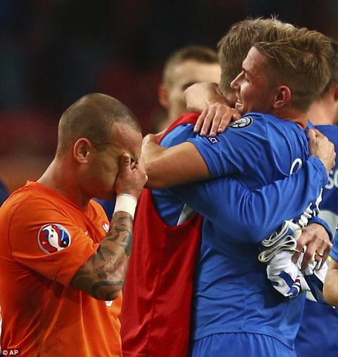 Ha Lan 0-1 Iceland Robben chan thuong, Indi nhan the do, Oranje danh guc nga tren san nha hinh anh