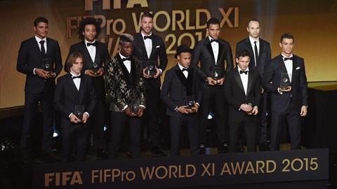 Doi hinh tieu bieu FIFA 2015 Soc nang voi Thiago Silva hinh anh