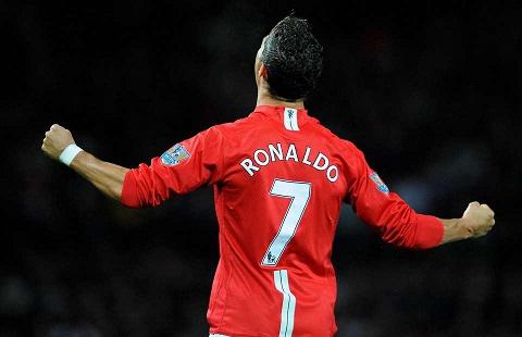 Tiet lo Tien dao Ronaldo bi ep mang ao so 7 o MU hinh anh