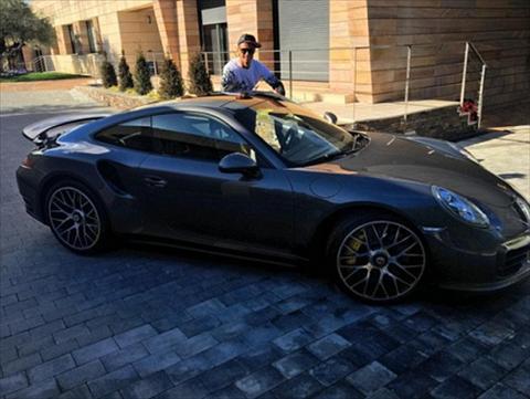 Khong gianh duoc Qua bong vang, Ronaldo mua sieu xe giai khuay hinh anh