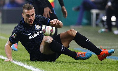 Vidic bi gat ra ria o Inter vi phong do sa sut va chan thuong trien mien. Anh tro thanh ganh nang cho doi bong. Anh: Reuters.
