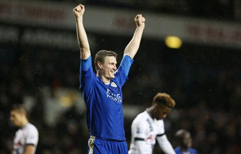 Roberth Huth ghi ban thang quy gia cho Leicester vao cuoi tran. Anh: Reuters.