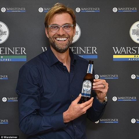HLV Liverpool hao hung quang cao bia tuoi que nha hinh anh