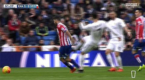 Bo bong dap nguoi, Ronaldo qua may man thoat the do hinh anh