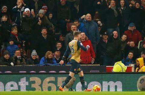 HLV Wenger phan no vi fan Stoke xuc pham hoc tro Arsenal hinh anh