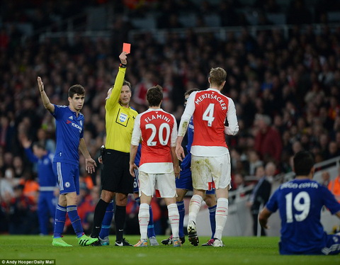 Tien ve Matic xem thuong the do Mertesacker o tran Arsenal 0-1 Chelsea hinh anh