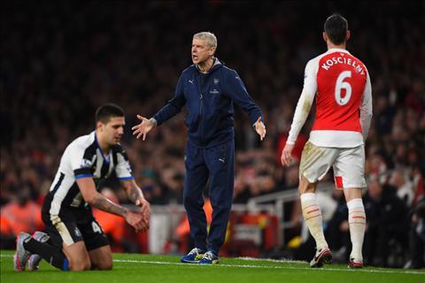 HLV Arsene Wenger tin loi choi Arsenal da khac sau khi thang Newcastle hinh anh