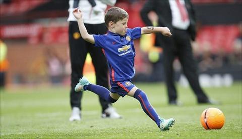 Con trai Wayne Rooney gia nhap doi tre Manchester United hinh anh 2