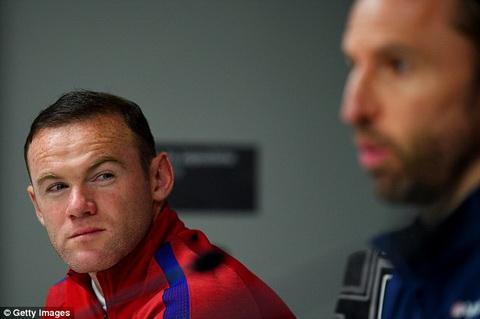Anh nhin cua Rooney khi HLV Southgate giai thich ly do de R10 du bi.