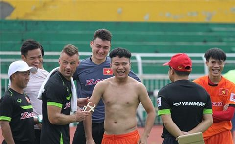 Hoc Pep Guardiola, HLV Huu Thang cam cau thu beo thi dau hinh anh