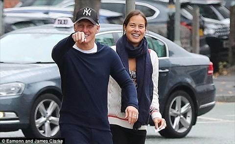 Bastian Schweinsteiger thanh thoi dua vo dao pho hinh anh 2