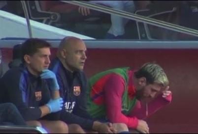 Ngoi sao Messi lai bi phat hien non khan ngay tren ghe du bi hinh anh