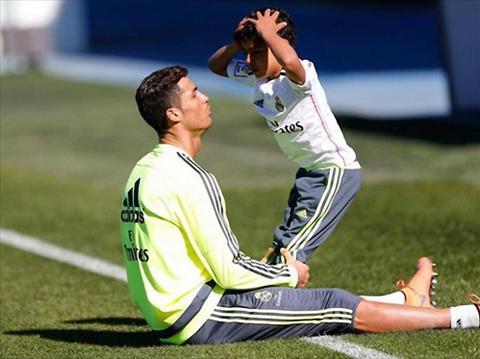 Con trai Ronaldo ghi ban ngay tran dau ra quan