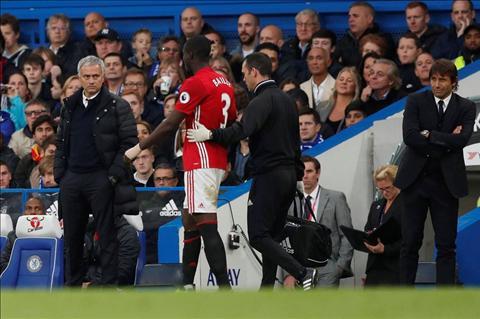 MU nham trung ve Raphael Varane thay Bailly hinh anh