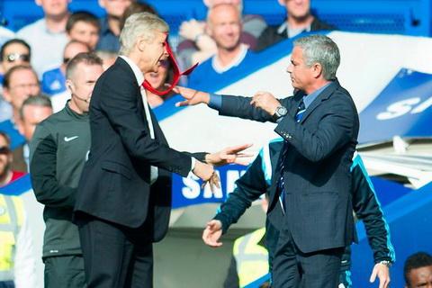Xavi cho rang viec Mourinho thich gay chien dang lam hai M.U