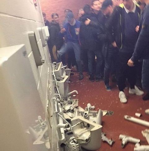 CDV Man City hung hang dap pha toilet tai san Old Trafford  hinh anh
