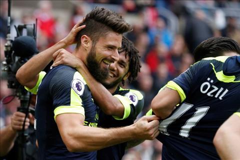 Arsenal tien dao Giroud ghi ban