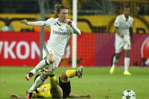 Zidane bao ve Modric truoc nguy co bi hanh xac hinh anh