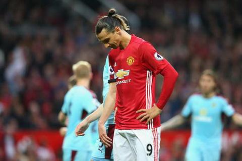Ibrahimovic bi nguoi Arsenal am chi la vo dung hinh anh