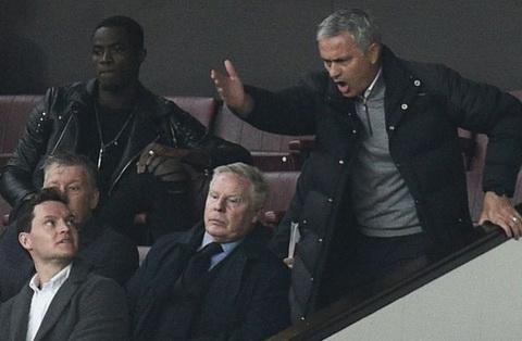 Jose Mourinho dung truoc an phat cam den san 4 tran hinh anh