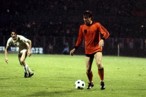 Hau ve - Ruud Krol: Cung khoac ao DT Ha Lan voi Cruyff, Krol xuat hien tai hai tran chung ket World Cup 1974 va 1978.