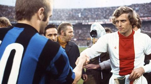 Tien dao - Piet Keizer: Day la lua chon gay tranh cai cua Cruyff boi so voi rat nhieu cai ten khac, Keizer deu kem noi bat hon nhung van la mot huyen thoai cua Ajax va bong da Ha Lan.