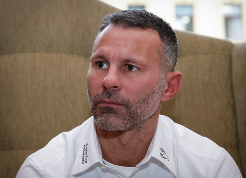 Ryan Giggs ban ve off fan voi gia cat co hinh anh