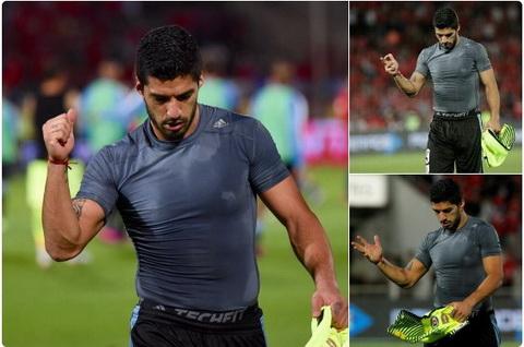 Luis Suarez doi mat voi an phat vi gio ngon tay thoi.