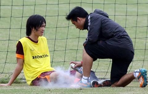 Tuan Anh chan thuong va chuyen cham lo cho cac tuyen thu hinh anh