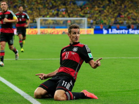 Ky luc gia Miroslav Klose CHINH THUC treo giay hinh anh