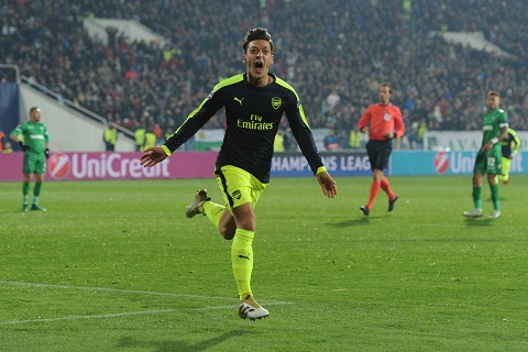 Tien ve Mesut Ozil gia han hop dong voi Arsenal hinh anh