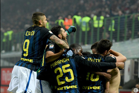 AC Milan 2-2 Inter Milan Nerazzurri chet hut trong ngay HLV Pioli ra mat hinh anh 2