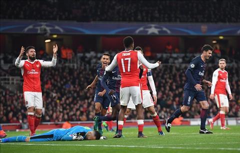 Hoa dang tiec PSG, Wenger tuc gian voi hang thu Arsenal hinh anh
