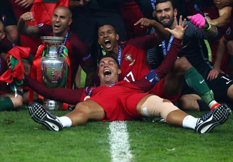 Ronaldo ngu voi 3 chan dai truoc chung ket Euro 2016 hinh anh