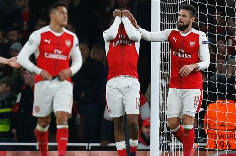 cau thu Arsenal mac sai lam