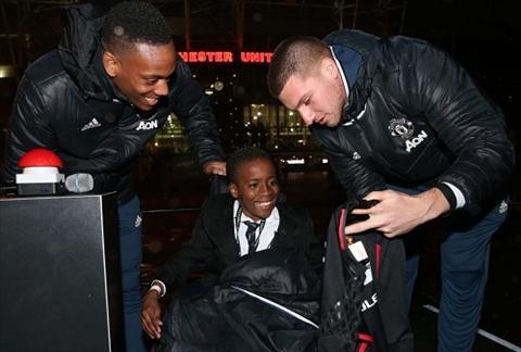 Martial va Johnstone mang anh sang ve san Old Trafford hinh anh
