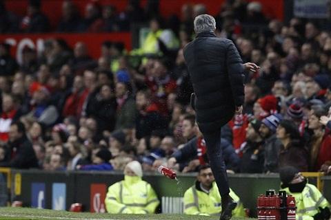Mourinho doi mat an cam chi dao 2 tran  hinh anh