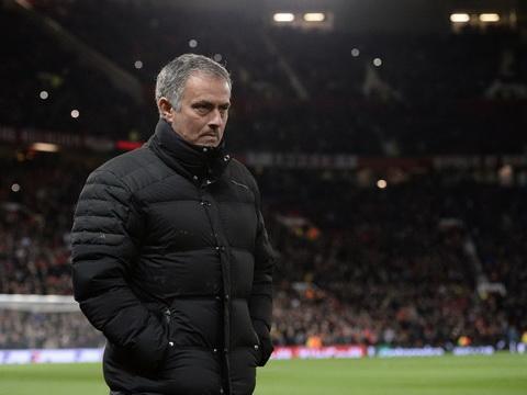 Mourinho chinh thuc nhan an phat sau hanh vi da chai nuoc.