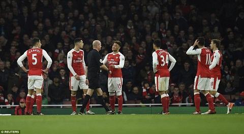Du am Arsenal 3-1 Stoke Bong dang nha vo dich hinh anh