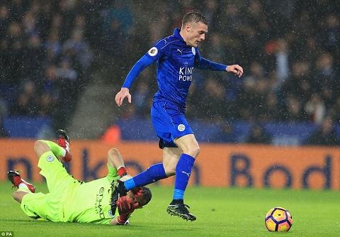 Tien dao Jamie Vardy di vao lich su Leicester hinh anh 2