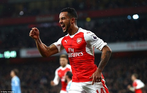 Tien dao Theo Walcott can moc moi trong mau ao Arsenal hinh anh